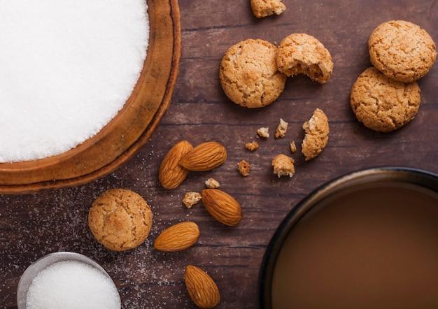 De eigengemaakte koekjes van het amandelkoekje met cappuccino