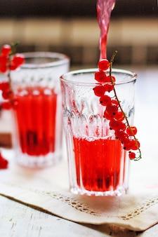 De eigengemaakte koude drank van de rode aalbesbes