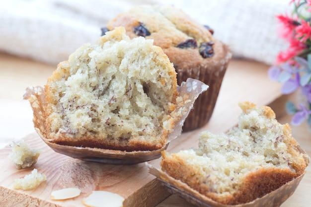 De eigengemaakte muffin van de bakkerijbanaan op houten lijst.