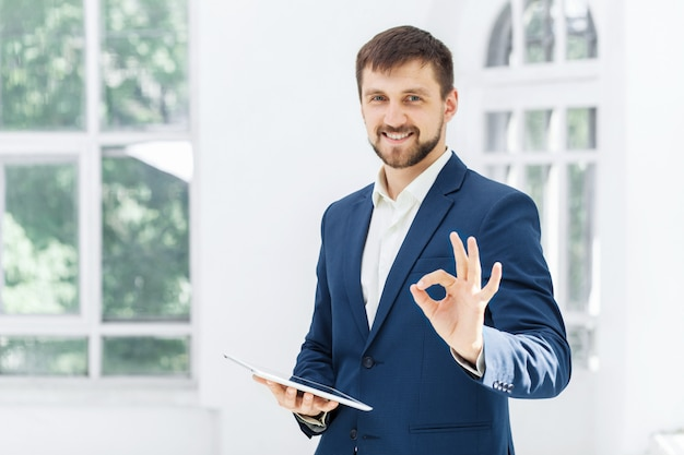 De elegante zakenman in het kantoor