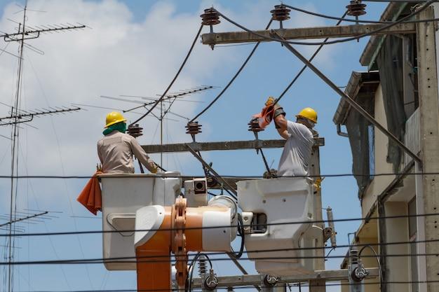 De elektricien ging naar de kraanmand