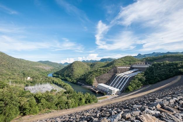 De elektriciteitsgeneratie van de elektrische centrale op dam srinakarin in vallei bij nationaal park