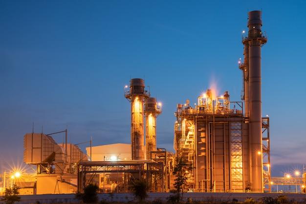 De elektrische elektrische centrale van de gasturbine tijdens zonsondergang en schemeringtijd