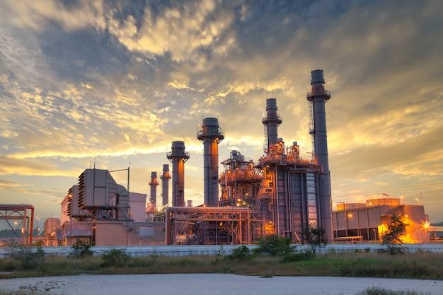 De elektrische elektrische centrale van de gasturbine tijdens zonsondergang