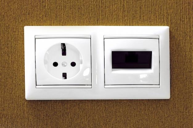 De elektrische en telefoonaansluitingen