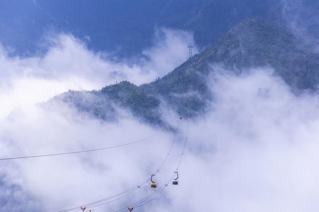 De elektrische kabelwagen gaat naar fansipan-bergpiek de hoogste berg in indochina, bij 3143 meters in sapa, vietnam.