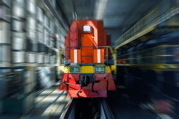 De elektrische trein gaat door de tunnel. spoorweg. vrachtvervoer. hoge kwaliteit foto