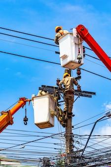 De elektromonteur repareert het elektrische systeem