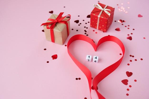 De elementen van de rode valentijnskaart op roze achtergrond