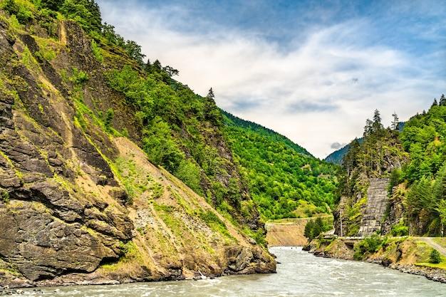 De enguri, een rivier in het kaukasusgebergte in georgië