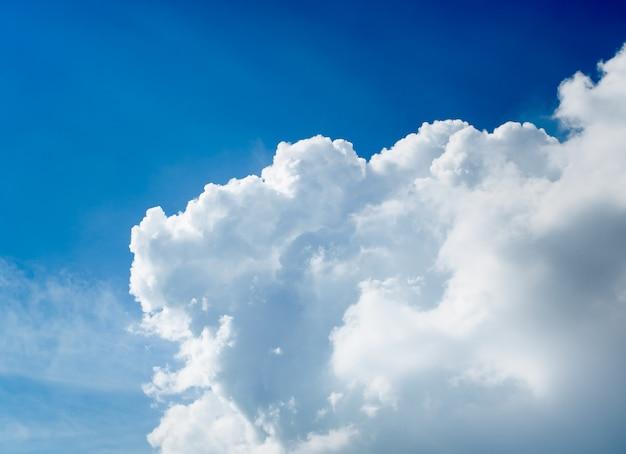 De enorme blauwe lucht en prachtige wolken.