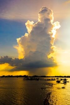 De enorme wolken veranderden in regen en verborg de zon achter zich.