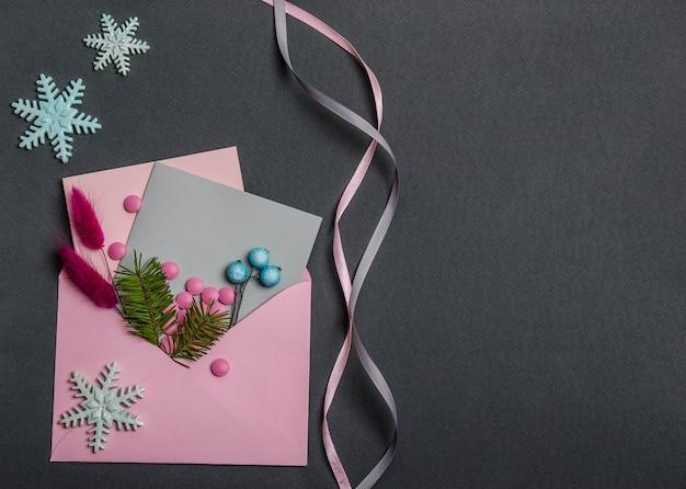 De envelop bevat roze pillen, een rood aartje