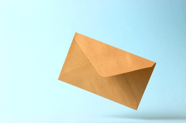 De envelop valt op de grond op een gekleurde achtergrond. hoge kwaliteit foto
