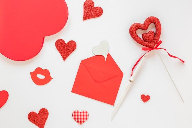 De envelop van de valentijnskaartendag met harten