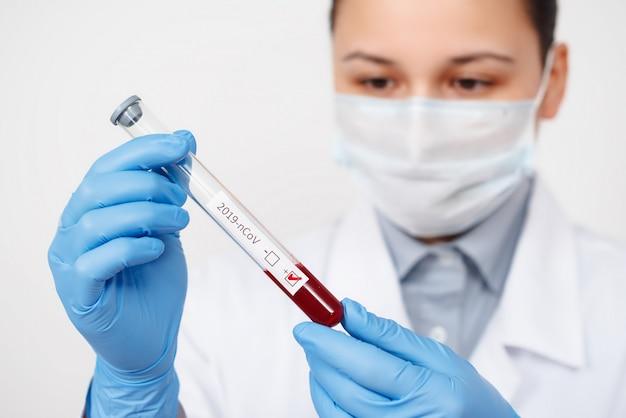 De epidemioloog laat bloedonderzoek doen naar coronavirus.