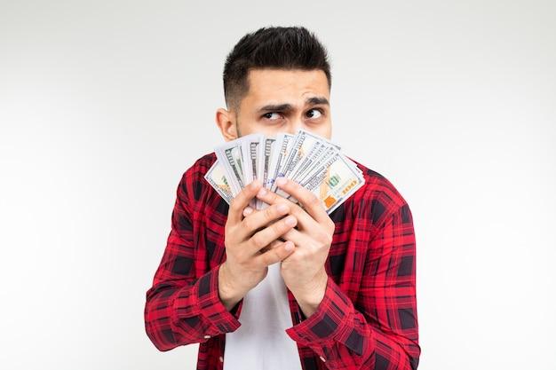 De ernstige mens met houdt geld op een witte achtergrond