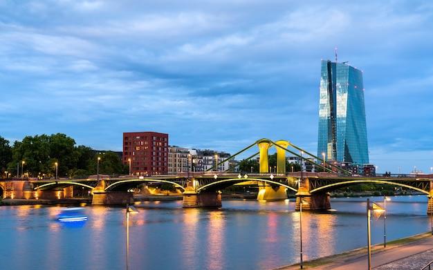 De europese centrale bank en de rivier de main in frankfurt, duitsland