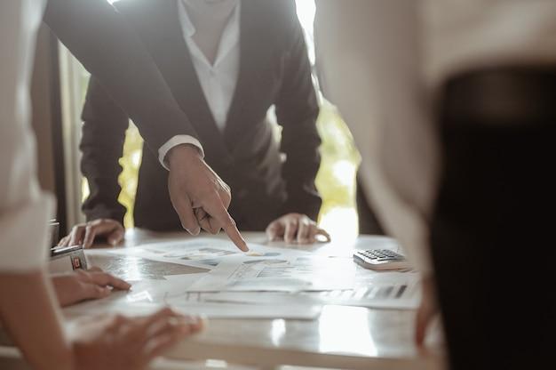 De experts die zich in de vergaderruimte verzamelden, voerden statistische analyses uit op financiële grafieken
