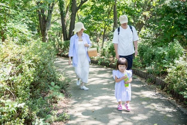 De familie die in een park speelt