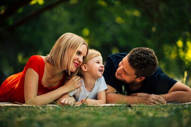 De familie die van smiley een goede tijd in het park heeft