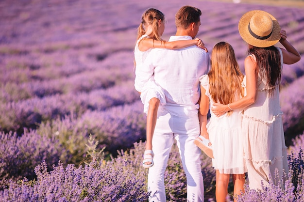 De familie op lavendel bloeit gebied bij zonsondergang in witte kleding en hoed
