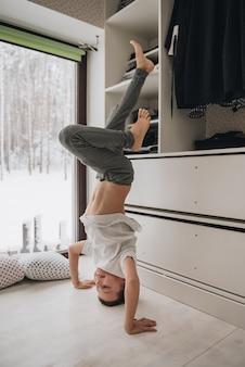 De familie zit voor het raam en kijkt naar het winterbos. goede nieuwjaarsgeest. ochtend in pyjama.