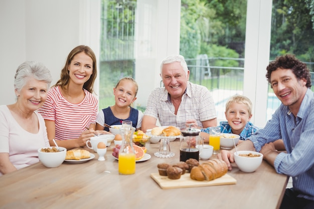 De familiezitting van meerdere generaties bij lijst tijdens ontbijt