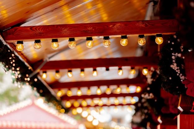 De fee steekt decoratie van blokhuizen op kerstmismarkt aan in wroclaw, polen