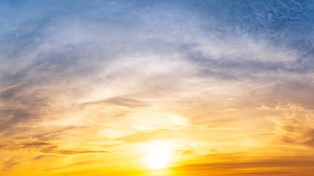 De felle zon kwam op in de bewolkte ochtendhemel.