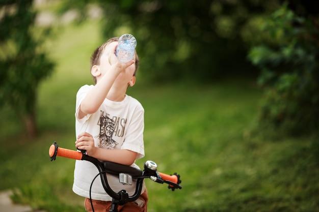 De fietser drinkt water