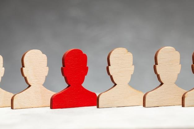 De figuren van de arbeiders zijn allemaal hetzelfde en één in het rood