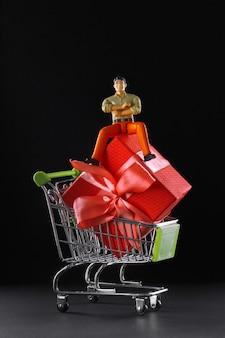 De figuur van een tevreden man die een geweldig product voor een spotprijs heeft gekocht.