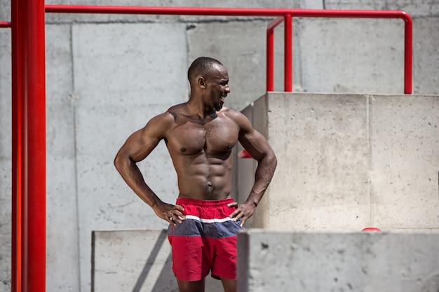 De fitte atleet doet oefeningen in het stadion.