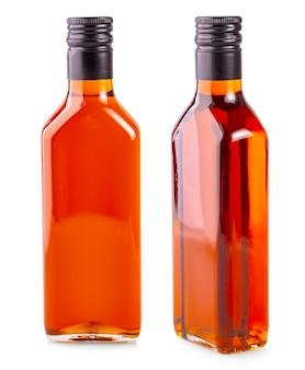 De fles duindoornolie die op wit wordt geïsoleerd