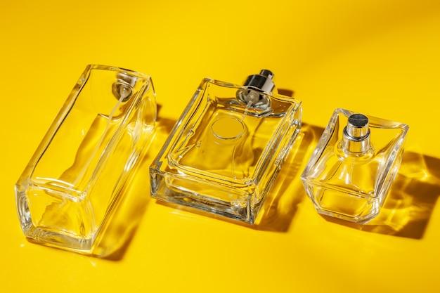 De fles van het parfumglas op lichtgeel. eau de toilette