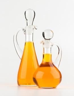 De fles van het plantaardige olieglas die op wit wordt geïsoleerd