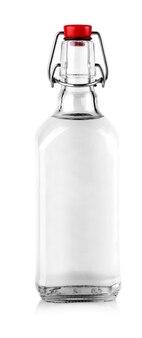 De fles wodka geïsoleerd op een witte achtergrond