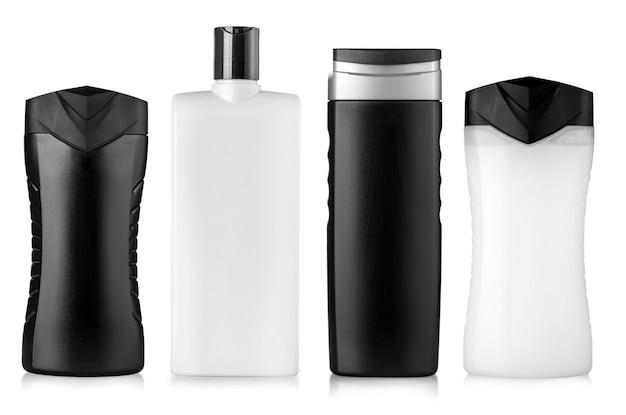 De flessen met shampoo, douchegel en hygiëneproducten die op witte achtergrond worden geïsoleerd
