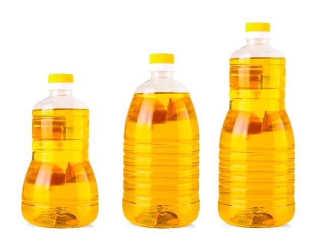 De flessen zonnebloemolie die op wit worden geïsoleerd