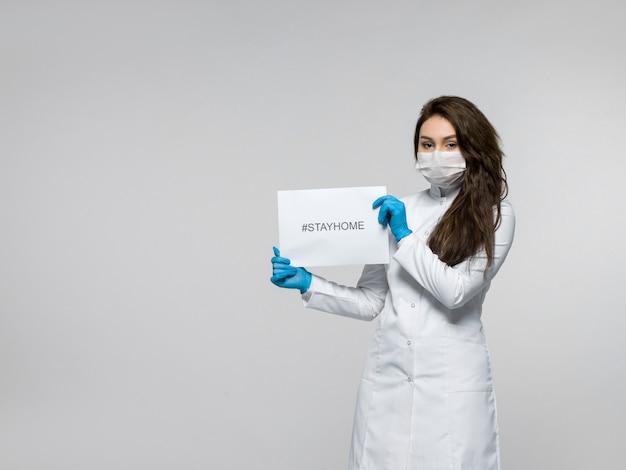 De folder van de medische arbeidersholding stayhome in haar handen
