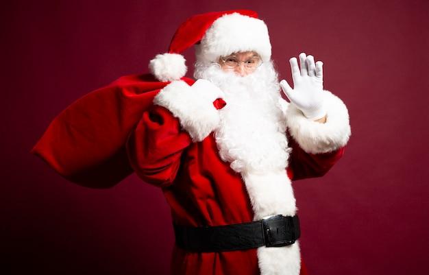 De foto van de gelukkige glimlachende kerstman stelt