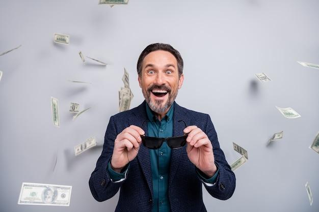 De foto van de zakenman ziet amerikaanse dollarsbankbiljetten vallen