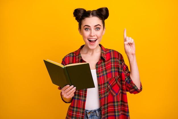 De foto van het gekke boek van de de mondgreep van de studentendame heft vinger op