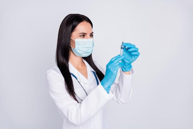De foto van professionele doc. dame bereidt de stethoscoop van het het maskerhandschoenen van de injectieslijtage voor