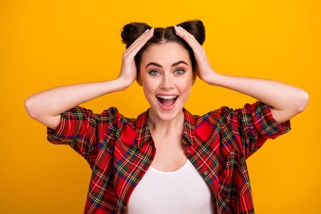 De foto van vrij gekke damehanden op hoofd schreeuwt gelukkig