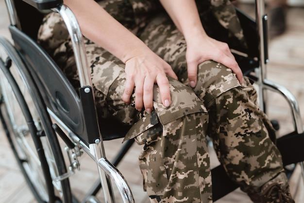 De foto veteraanvrouw van de close-up in een rolstoel