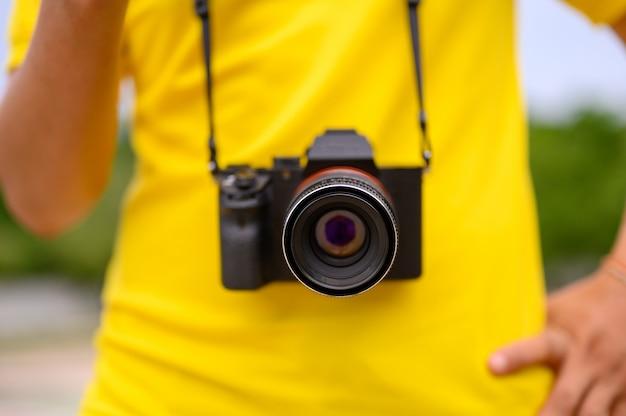 De fotograaf houdt de camera vast om foto's te maken.
