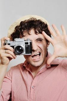 De fotograaf kijkt in de zoeker van de camera.