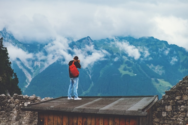 De fotograaf maakt een foto van bergen